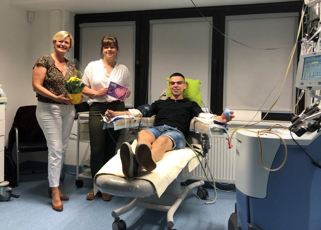 Michaela Karg, Leiterin der Regionalgruppe Oberbayern und Susanne Bogner, 1. Vorsitzende von blut.eV besuchen Martin während seiner Stammzellspende